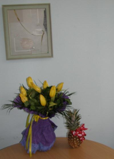 цветя и ананас